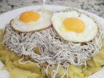 Huevos rotos con Gulas para hacer en casa